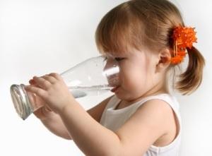 При запорах детям  3 лет полагается  пить много воды